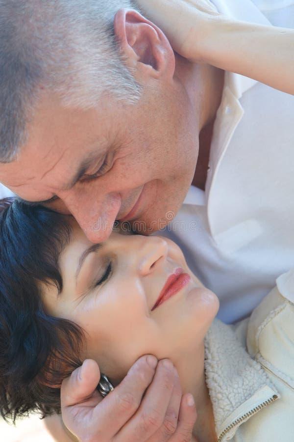 Paare in ihren Fünfziger Jahren lizenzfreie stockfotos