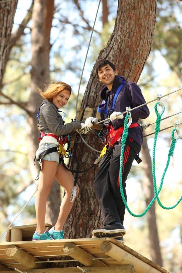 Paare im Abenteuerpark stockbilder