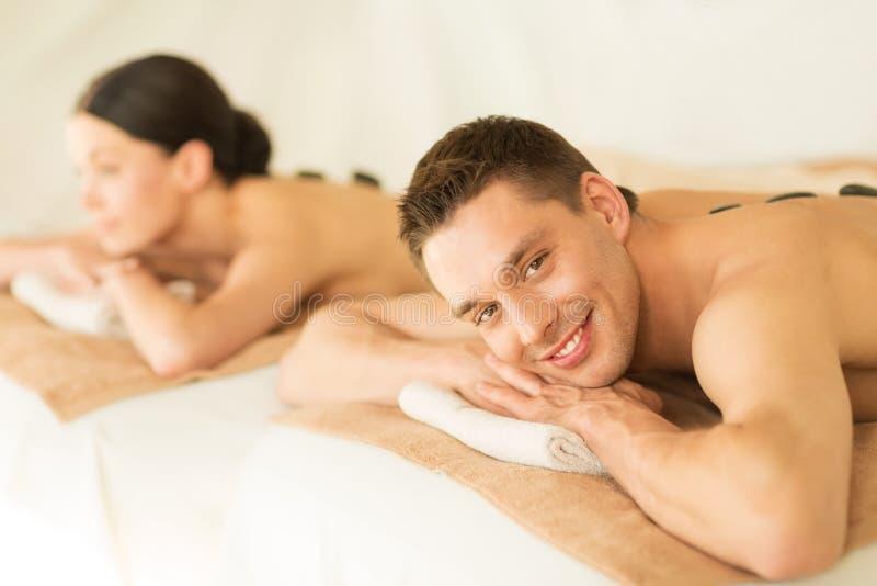 Paare im Badekurort mit heißen Steinen stockbilder