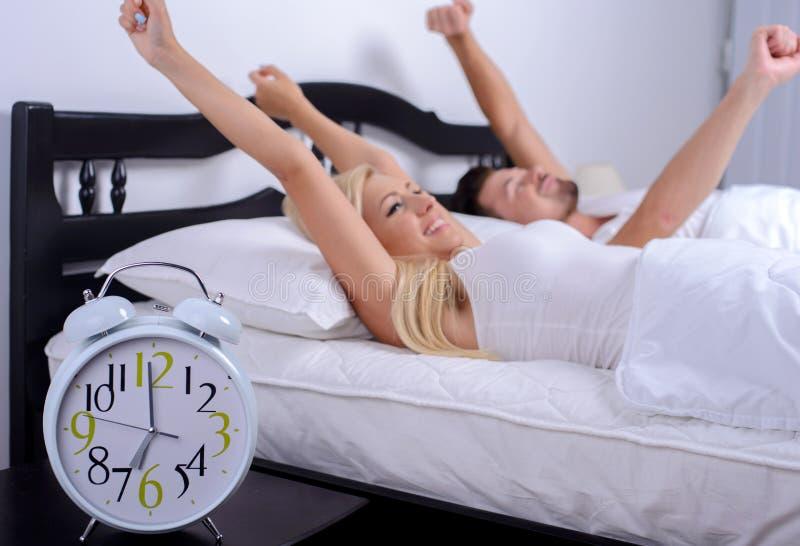 Paare im Bett lizenzfreie stockfotografie