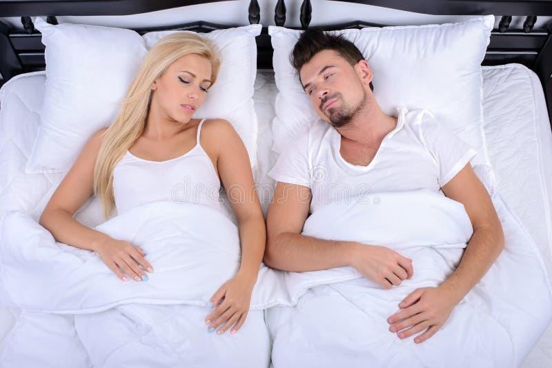 Paare im Bett stockfotografie