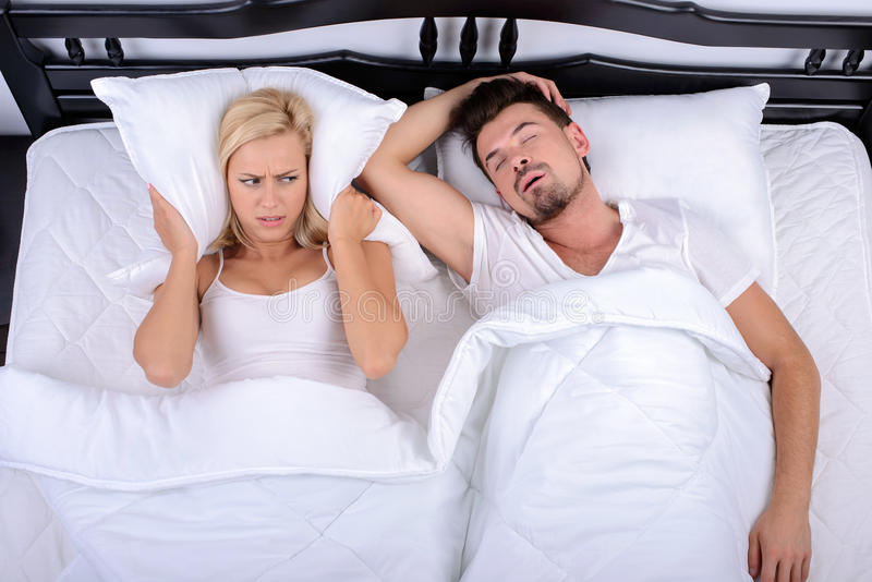 Paare im Bett stockbild