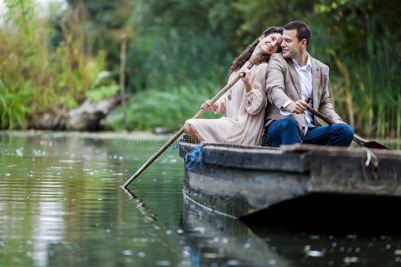 Paare im Boot lizenzfreies stockbild