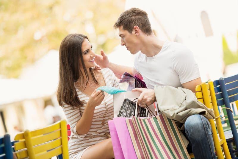Paare im Bruch nach dem Einkauf stockbild
