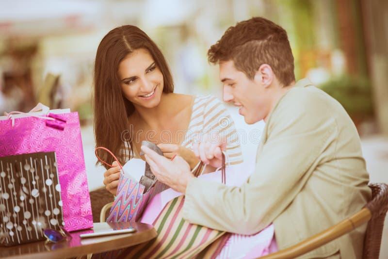 Paare im Bruch nach dem Einkauf stockfotos