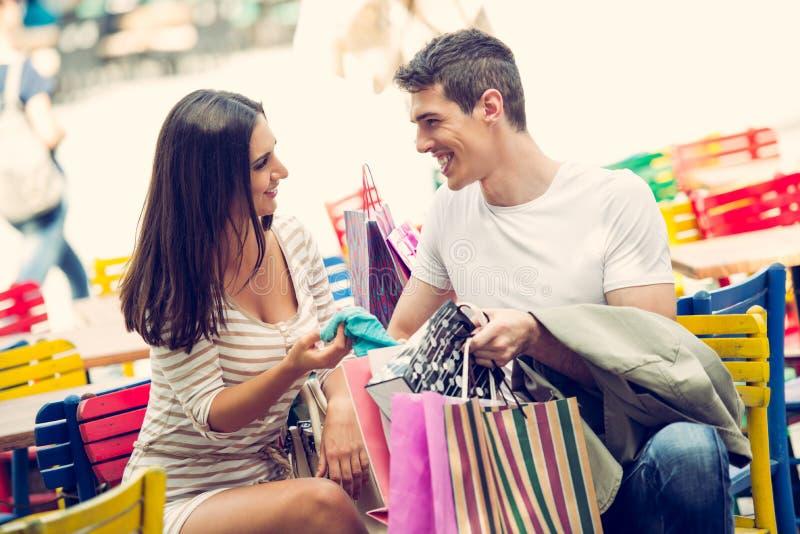 Paare im Bruch nach dem Einkauf stockfoto