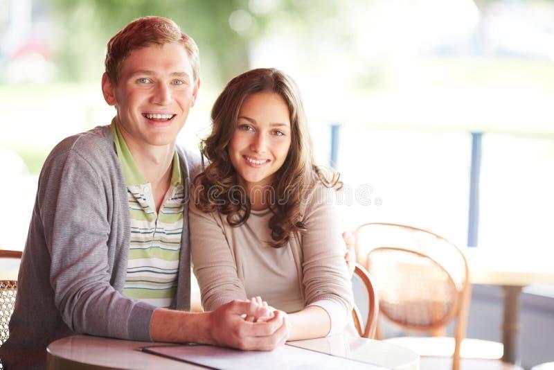 Paare im Café lizenzfreies stockbild