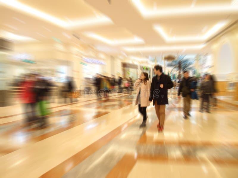Paare im Einkaufszentrum stockbild