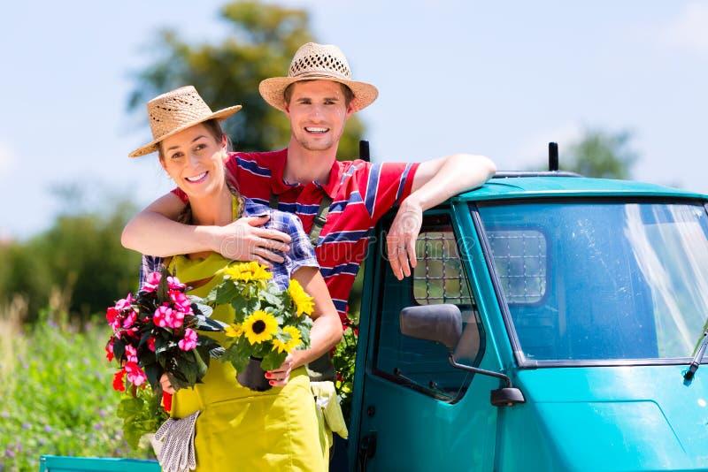 Download Paare Im Garten Mit Blumen Auf Gähnen Stockfoto - Bild: 94010130