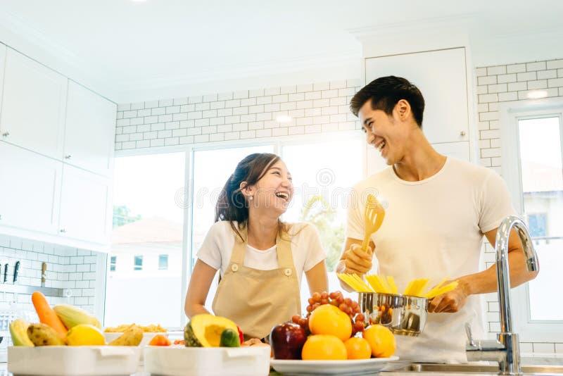 Paare im Haus lizenzfreies stockbild