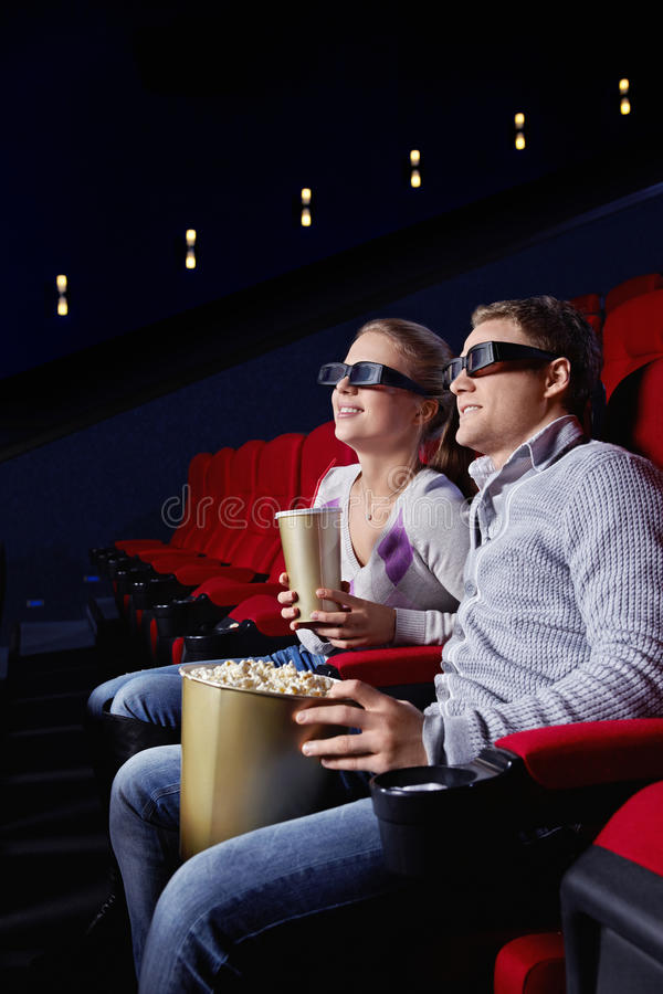 Paare im Kino stockfotografie