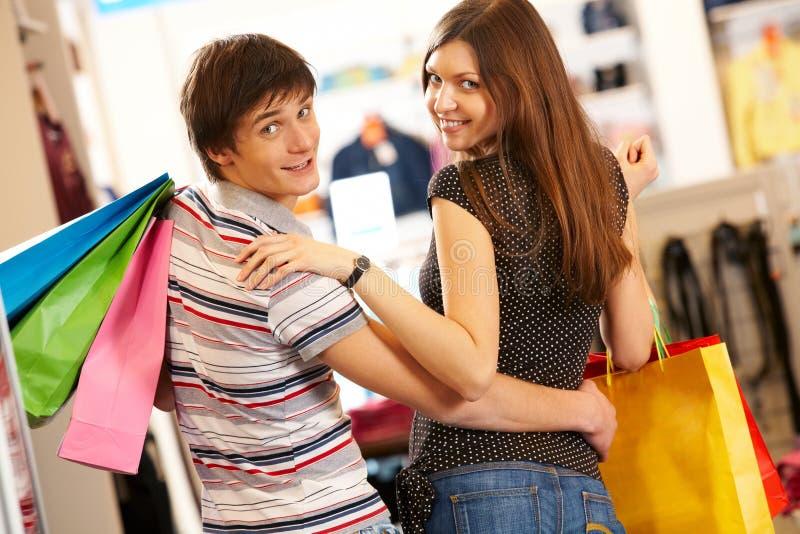 Paare im Mall lizenzfreie stockbilder