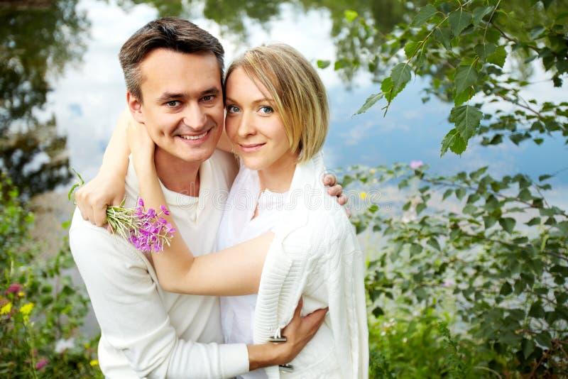Paare im Park lizenzfreie stockfotografie