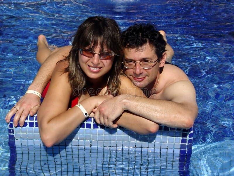Paare im Pool lizenzfreie stockbilder