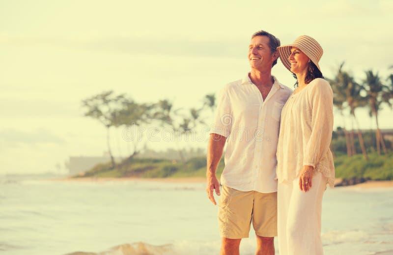 Paare im Ruhestand auf dem Strand stockfotografie