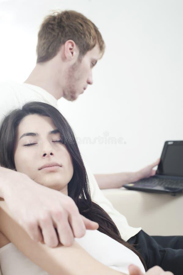 Paare Im Schlafenden Oder Arbeitenden Wohnzimmer Lizenzfreie Stockfotos