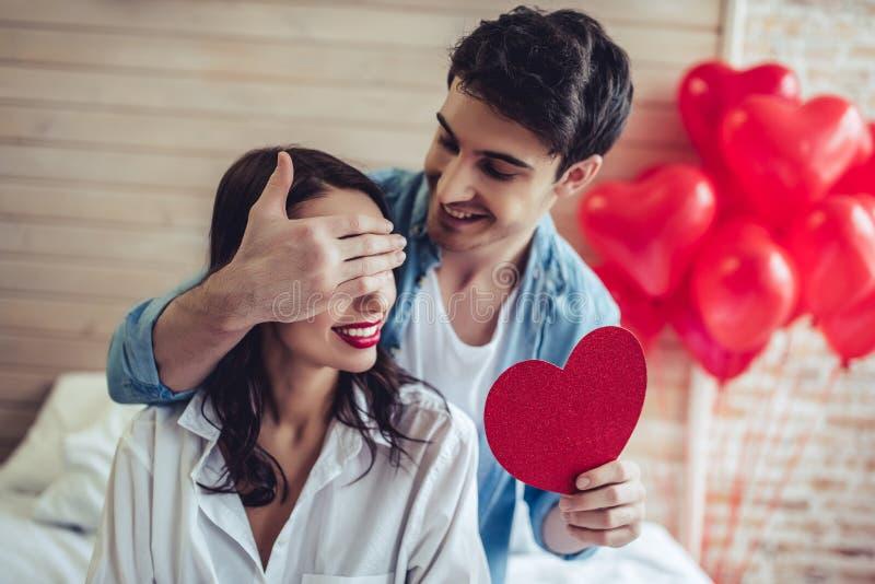Paare im Schlafzimmer lizenzfreie stockfotos