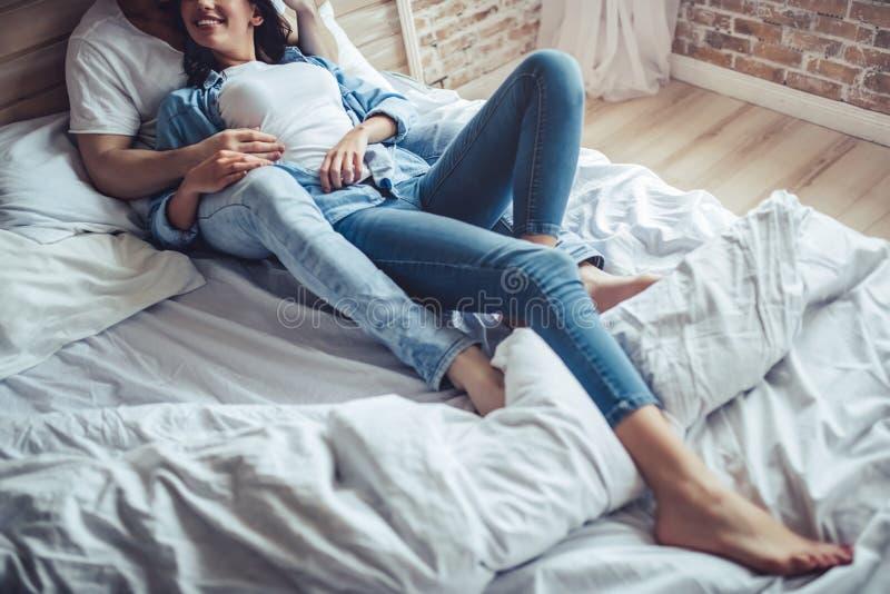 Paare im Schlafzimmer stockbilder