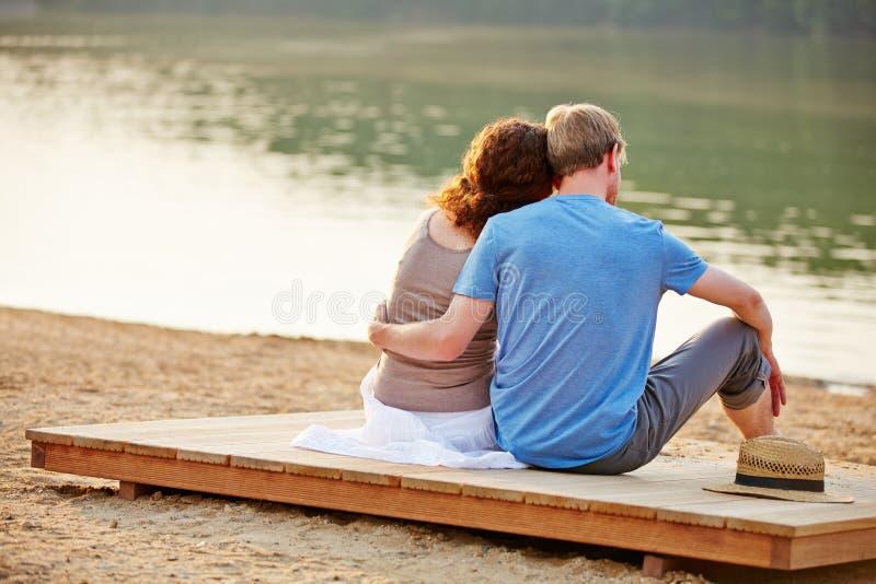 Paare im Sommer am Strand von See lizenzfreies stockbild