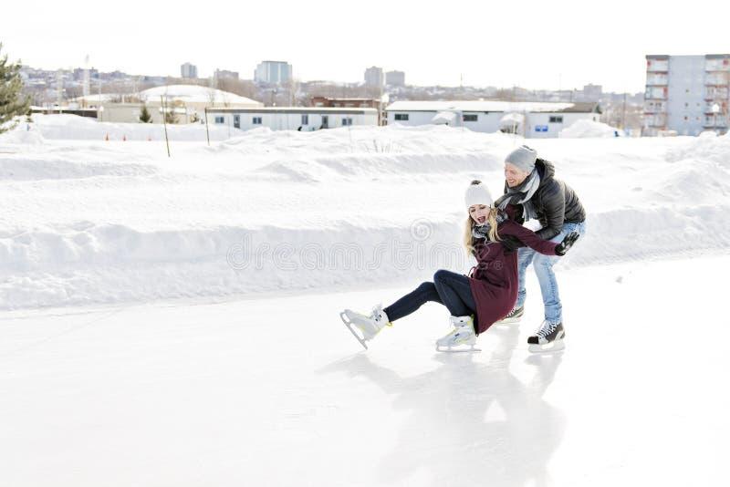Paare im sonnigen Winternatureislauf lizenzfreie stockfotos