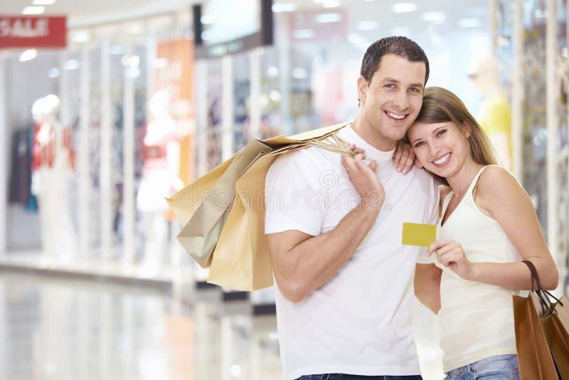 Paare im Speicher mit einer Kreditkarte stockfoto