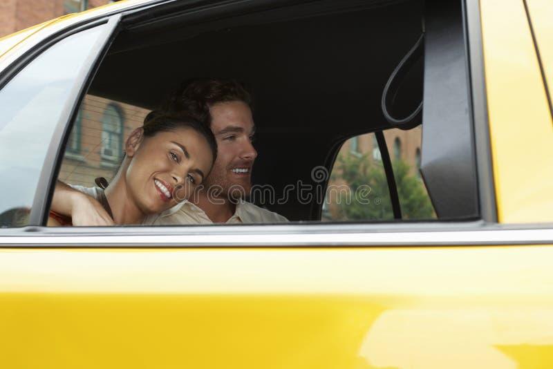 Paare im Taxi lizenzfreies stockfoto