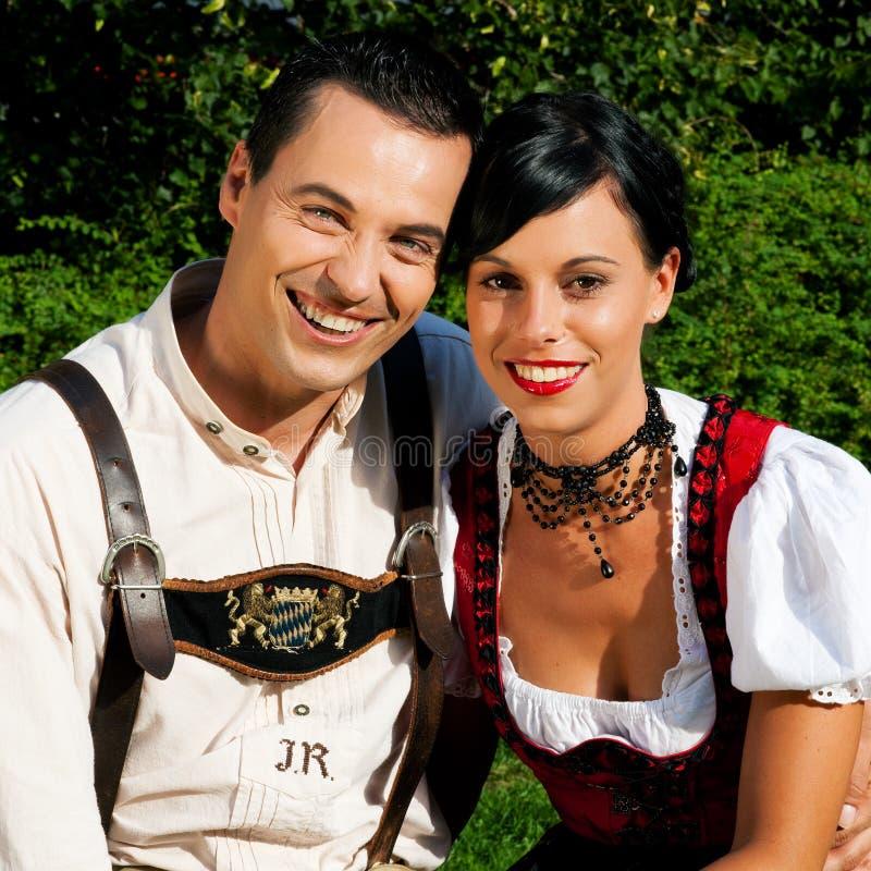 Paare im traditionellen bayerischen Kleid am Sommer lizenzfreie stockbilder