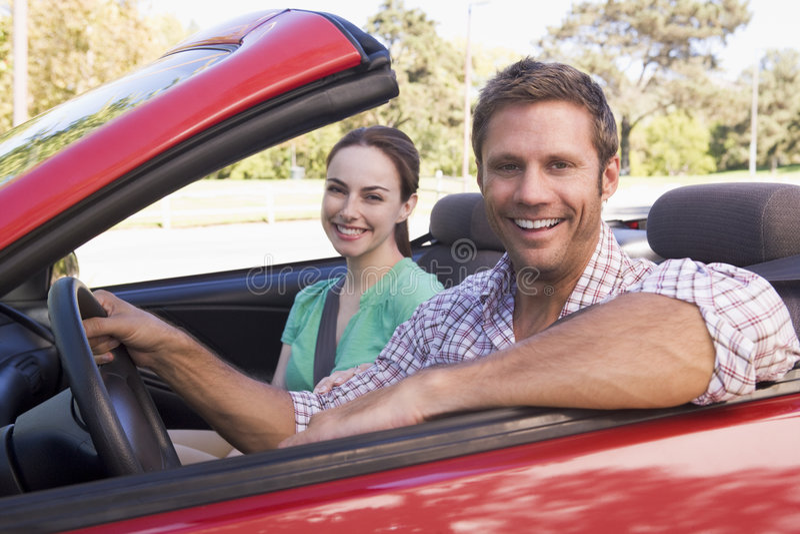 Paare im umwandelbaren Autolächeln lizenzfreie stockbilder
