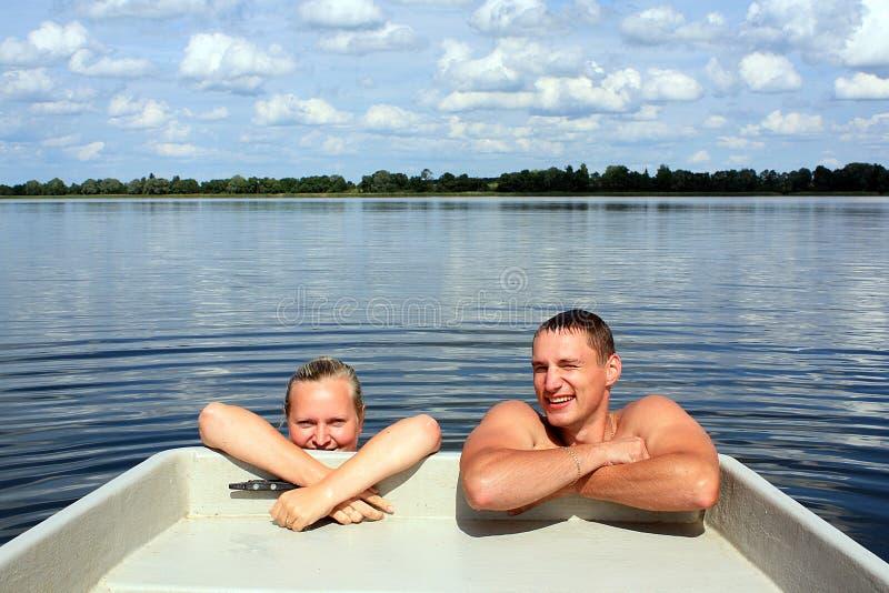 Paare im Wasser lizenzfreie stockbilder