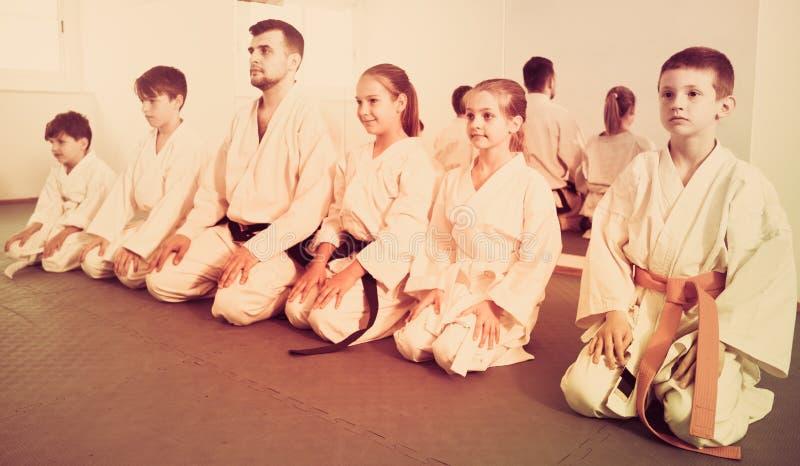Paare Jungen, die neue Karatebewegungen üben stockbilder