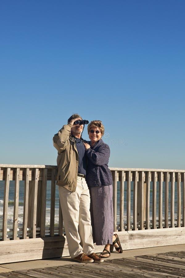 Paare am Küste-Fischen-Pier stockfotos