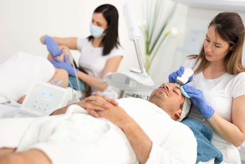 Paare in kosmetischer Behandlung lizenzfreies stockfoto