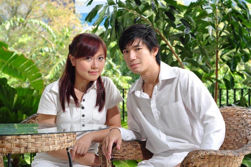 Paare in Liebe denkendem abt ihre Zukunft lizenzfreies stockfoto