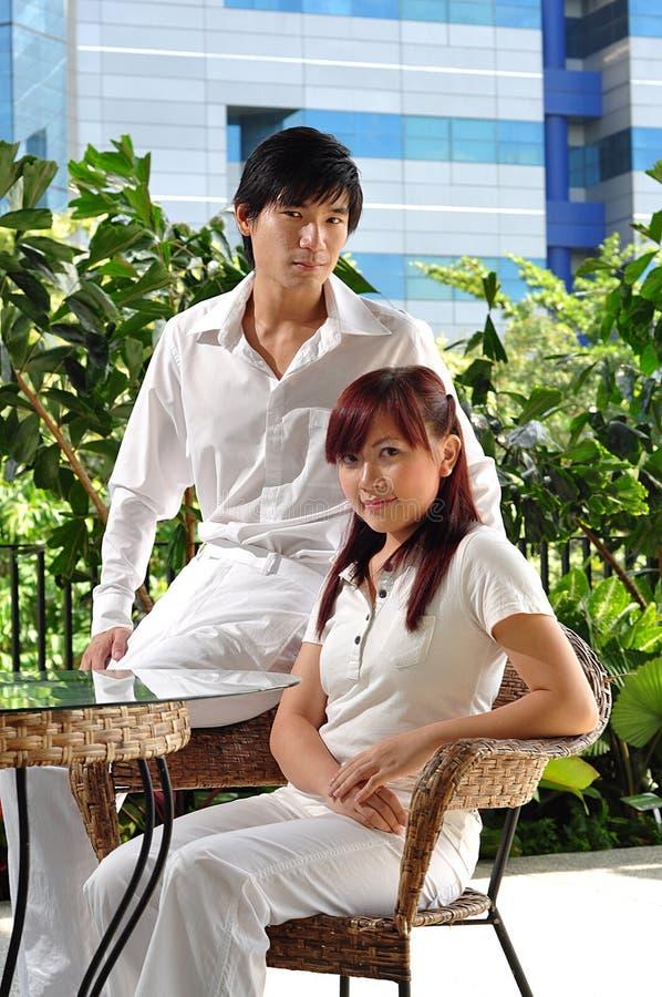 Paare in Liebe denkendem abt ihre Zukunft lizenzfreie stockfotos