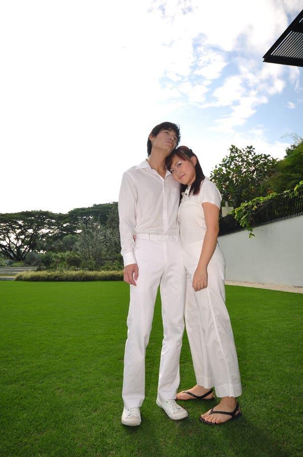 Paare in Liebe denkendem abt ihre Zukunft im Park stockfoto