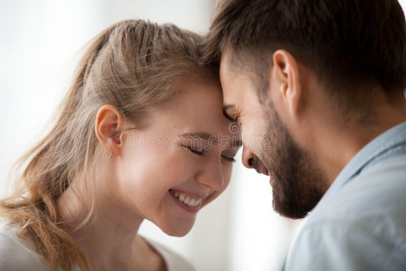 Paare mögen herein ein Datum haben zu Hause stockbilder