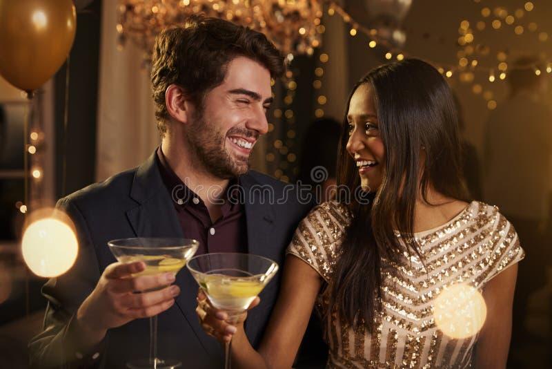 Paare machen Toast, während sie an der Partei zusammen feiern stockbild