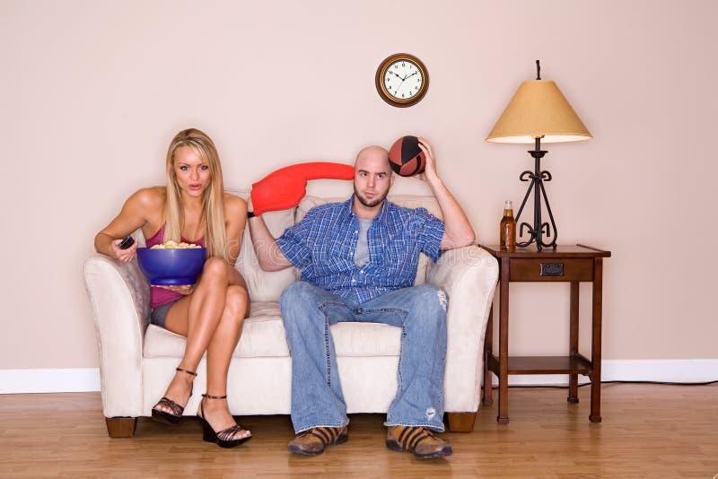 Paare: Mann möchte Fußballspiel stattdessen aufpassen stockfotos