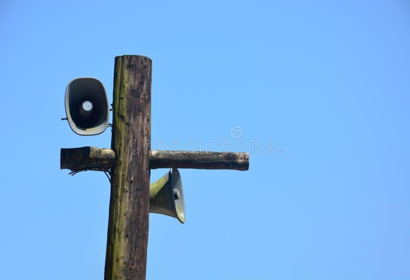 Paare Metalldes alten Weinlese-Hornsprechers für Öffentlichkeitsarbeiten auf dem hölzernen Posten umfasst mit grünem Moos und Fle lizenzfreies stockbild