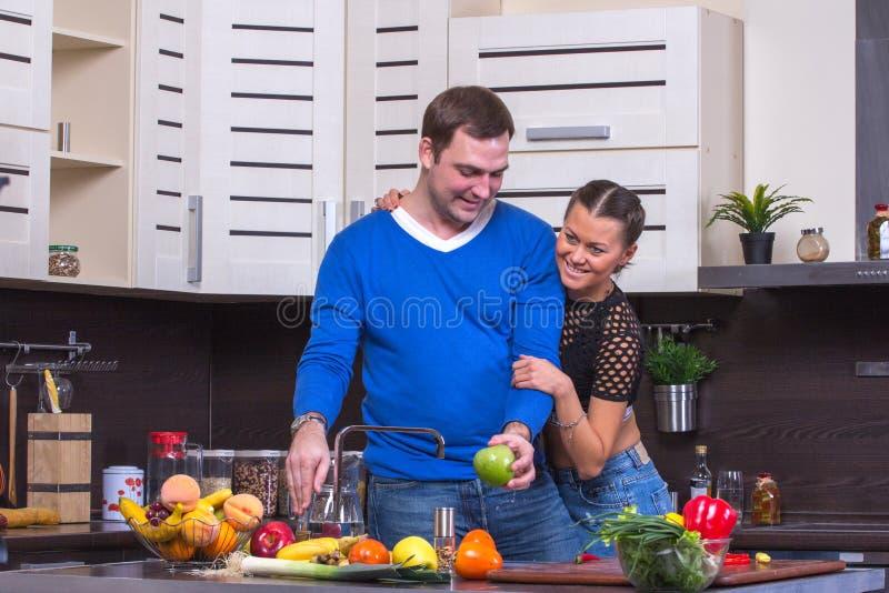 Paare mit Apple in der Küche stockbild