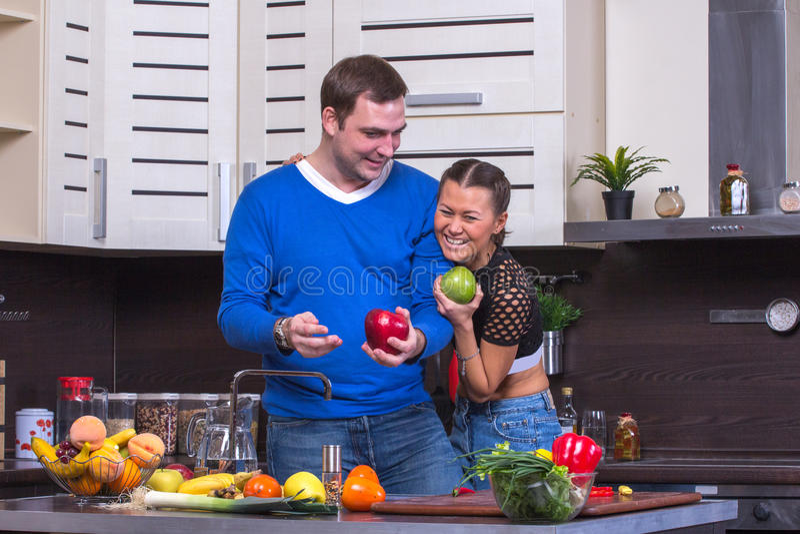 Paare mit Apple in der Küche stockfoto