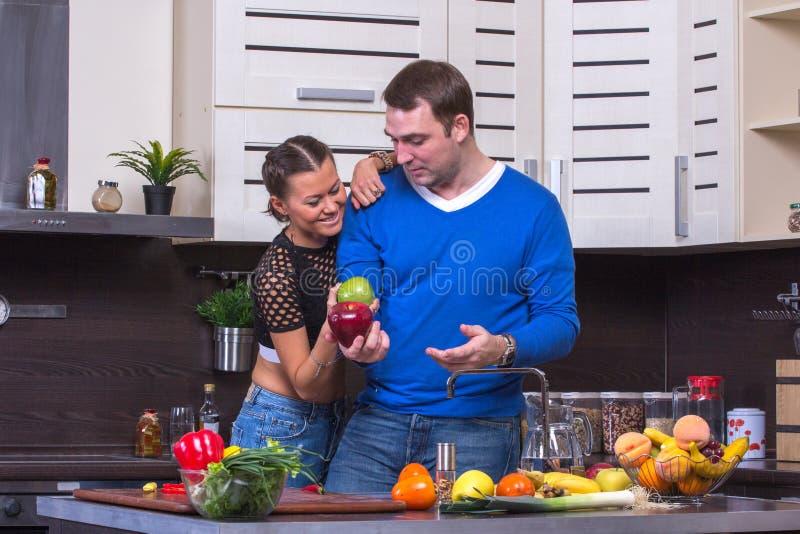 Paare mit Apple in der Küche stockbilder