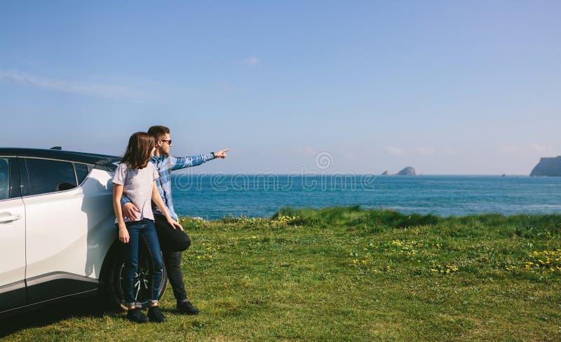 Paare mit aufpassender Landschaft des Autos stockfotos