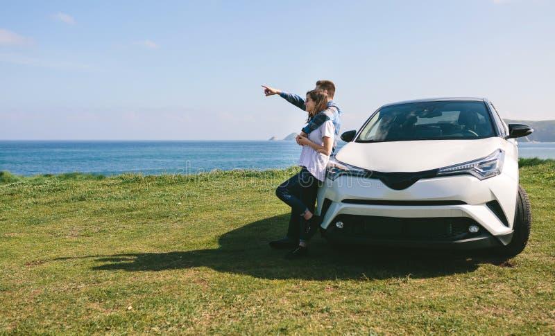 Paare mit aufpassender Landschaft des Autos stockfoto