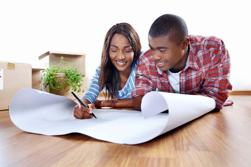 Paare mit Bauplänen stockbild