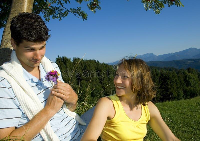 Paare mit Blumen lizenzfreies stockfoto