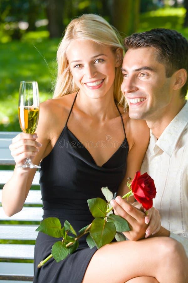 Paare mit Champagner lizenzfreies stockbild