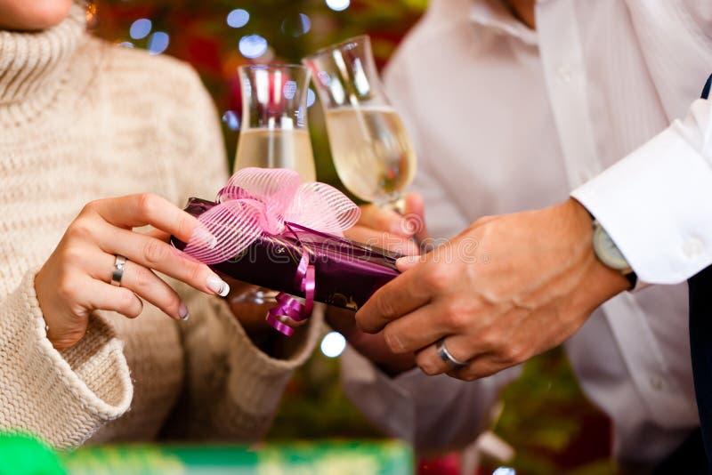 Paare mit Champagner auf Weihnachtsabend stockfotografie