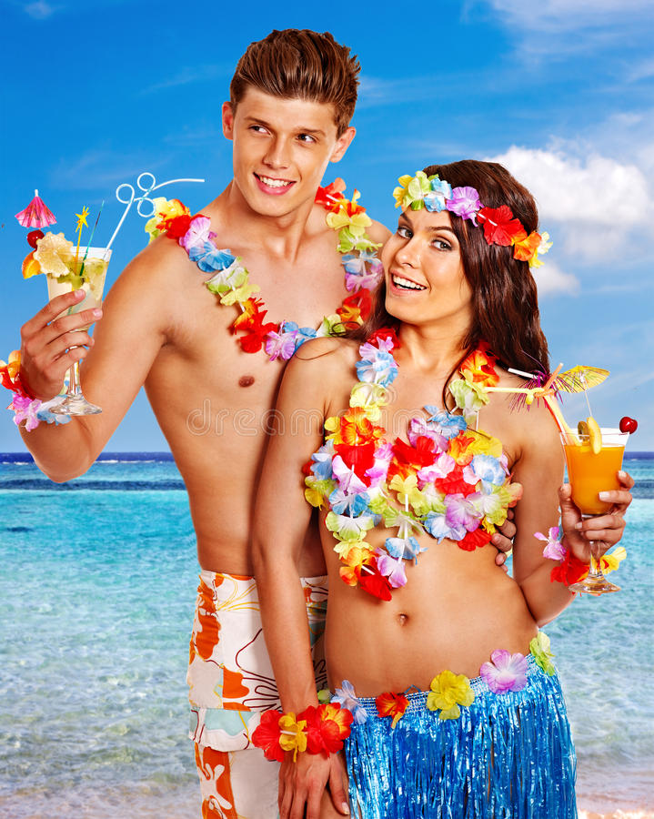 Paare mit Cocktail am Hawaii-Kranzstrand stockbild