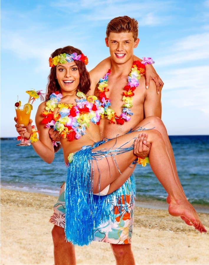 Paare mit Cocktail am Hawaii-Kranzstrand lizenzfreie stockfotografie